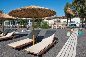 Een patio of ander buitengedeelte van Nissia Beach Apartments & Suites