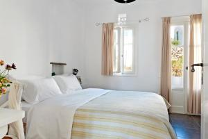 A bed or beds in a room at Skaris Homes