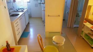 A kitchen or kitchenette at Flat em Boa Viagem