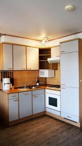 A kitchen or kitchenette at paNOORama appartementen