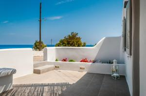 A balcony or terrace at Aerides Mandrakia Milos