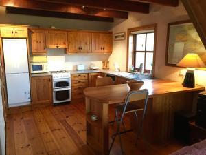 A kitchen or kitchenette at Cedar Boathouse Overlookng Baltimore, West Cork & Islands