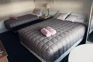 A bed or beds in a room at Redan Apartments