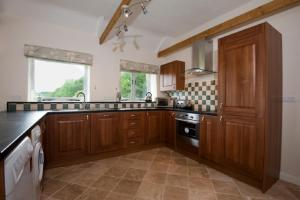 A kitchen or kitchenette at The Linhay