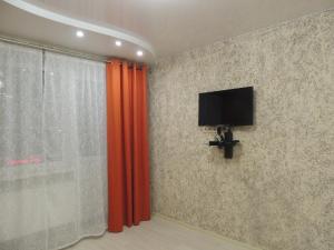 Телевизор и/или развлекательный центр в Onezhskiy Dvorik