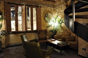 The lounge or bar area at Apartamentos Basilicus
