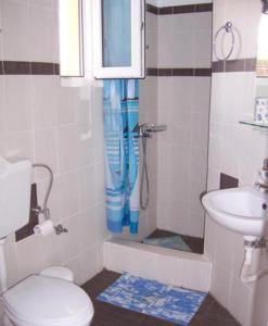 Bilik mandi di Aliveri Rooms