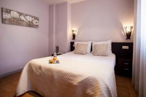 Кровать или кровати в номере Short Stay Group Camp Nou Serviced Apartments