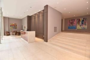 O saguão ou recepção de ARC Arenales Studios & Suites