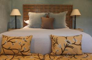 A bed or beds in a room at Inn Scone