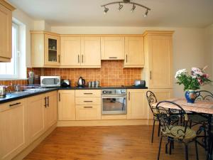 A kitchen or kitchenette at Holiday Home Ballyhass Lakes.2