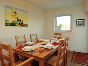A restaurant or other place to eat at Holiday Home Ballyhass Lakes.1