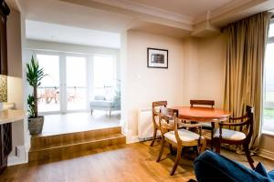 A seating area at Galway Luxury Sea View Apartments