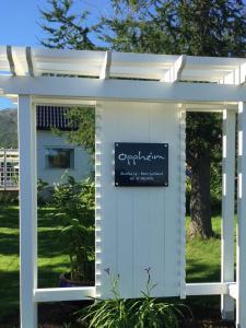 Fachada o entrada de Oppheim Holiday Home