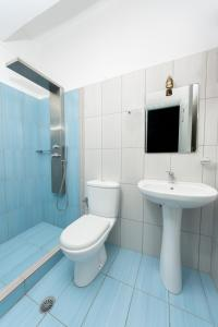 A bathroom at Depis Place and Apartments