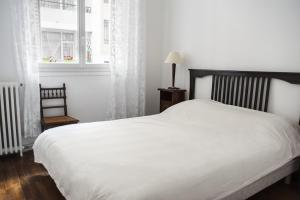 A bed or beds in a room at Apartment near Père Lachaise