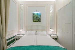 A bed or beds in a room at Revelton Suites Karlovy Vary