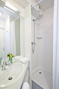 Salle de bains dans l'établissement Séjours & Affaires Poitiers Lamartine
