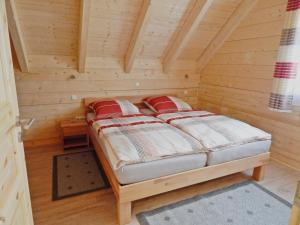 A bed or beds in a room at Holzblockhaus Stark