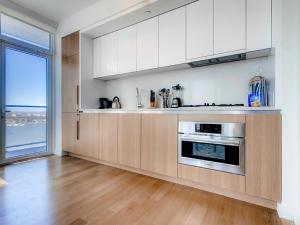 A kitchen or kitchenette at Global Luxury Suites at Sky