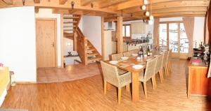 Ein Restaurant oder anderes Speiselokal in der Unterkunft Chalet Maretse