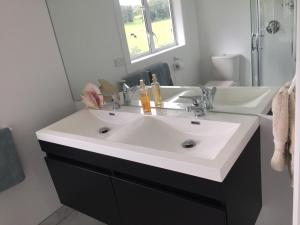 A bathroom at Apartment retreat Warkworth