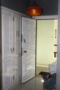 Uma casa de banho em Cartaia Apartamento Leste