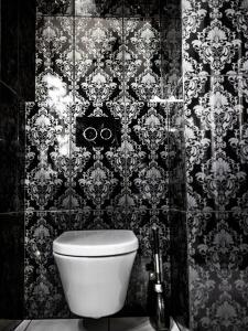 A bathroom at Leonardo 2