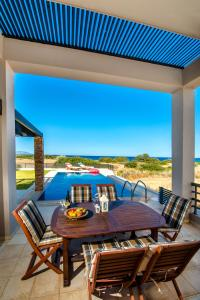פטיו או אזור חיצוני אחר ב-Blue Wave Villas