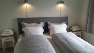 En eller flere senger på et rom på Revhiet