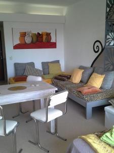 La sala de estar o bar de Vista Al Lago Apartments