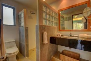 Un baño de Riviera Maya Suites