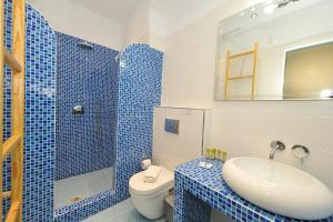 A bathroom at Asterolithos