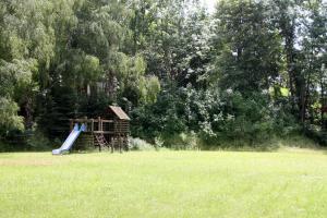 Ein Kinderspielbereich in der Unterkunft Schachtsee Wolmirsleben