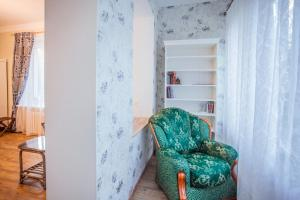 A seating area at Apartment Na Krasnoy
