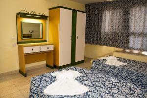 O cameră la Burlington Apartments