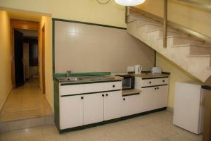 O bucătărie sau chicinetă la Burlington Apartments