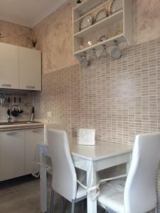 A kitchen or kitchenette at Casa Vacanze Sannazzaro Flat