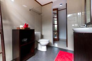 A bathroom at Little Coco Gili Trawangan Villas