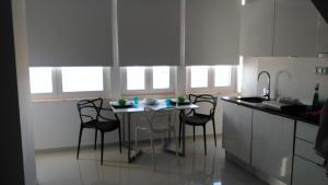 A kitchen or kitchenette at SeaShell Apartment - Sesimbra