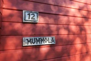 תעודה, פרס, שלט או מסמך אחר המוצג ב-Puolukkamaan Pirtit Cottages