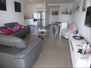 The lounge or bar area at Ir Yamin - 3 Bed Sea-View Apartment