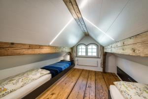 Ein Etagenbett oder Etagenbetten in einem Zimmer der Unterkunft Hof Mazenau