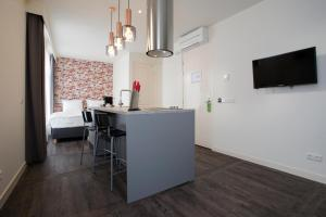 A kitchen or kitchenette at De With Studio's