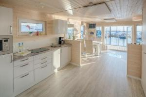 Küche/Küchenzeile in der Unterkunft Ferienhaus auf dem Wasser - Hausboot Antje Frieda