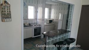 A kitchen or kitchenette at Apartamento Guarujá Enseada