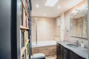 """A bathroom at Paris Boutik : Suite """"La Librairie du Marais"""""""