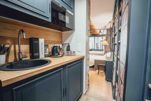 "A kitchen or kitchenette at Paris Boutik : Suite ""La Librairie du Marais"""