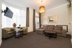 The lounge or bar area at Hotel & Appartementen Bella Vista