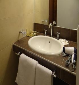 Un baño de Departamentos Las Cañas